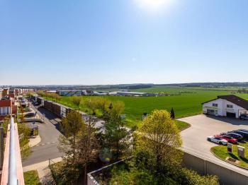 výhled z terasy na západ - Prodej bytu 3+kk v osobním vlastnictví 97 m², Jesenice