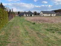Pohled na pozemek a na cestu - Prodej pozemku 856 m², Hvozdnice