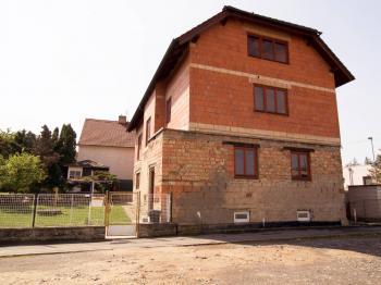 Přední část domu - Prodej domu v osobním vlastnictví 300 m², Úvaly