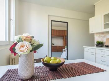 Kuchyně a sousedící obývací pokoj - Prodej bytu 2+1 v osobním vlastnictví 63 m², Kolín
