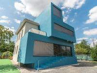 Modrá přístavba zajišťující prostor a světlo. - Pronájem kancelářských prostor 342 m², Praha 5 - Jinonice
