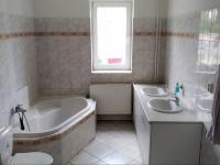 Koupelna přístupná ze vstupní haly - Pronájem kancelářských prostor 175 m², Praha 6 - Dejvice