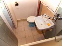 Koupelna - Prodej bytu 1+kk v osobním vlastnictví 23 m², Praha 8 - Kobylisy