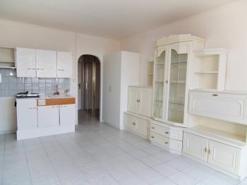 Pokoj s kuchyní a vstupem do předsíně - Prodej bytu 1+kk v osobním vlastnictví 23 m², Praha 8 - Kobylisy