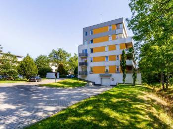 Vjezd do garáží - Prodej bytu 1+kk v osobním vlastnictví 33 m², Praha 10 - Malešice