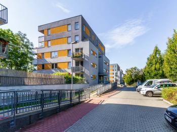 Pohled na dům 2 - Prodej bytu 1+kk v osobním vlastnictví 33 m², Praha 10 - Malešice