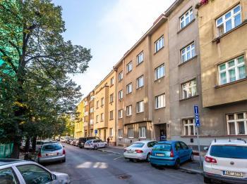 Celkový pohled na dům a ulici Nad Primaskou - Prodej bytu 2+kk v osobním vlastnictví 43 m², Praha 10 - Strašnice