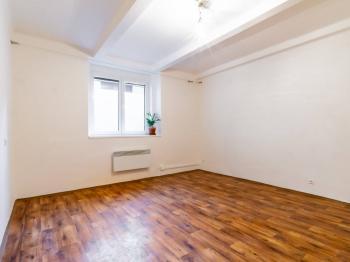 Větší místnost - 19,2 m2 - Prodej bytu 2+kk v osobním vlastnictví 43 m², Praha 10 - Strašnice