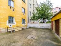 Dvůr ve vnitrobloku s anglickým dvorkem - Prodej bytu 2+kk v osobním vlastnictví 43 m², Praha 10 - Strašnice