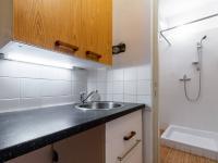 Průhled od kuchyně do koupelny - Prodej bytu 2+kk v osobním vlastnictví 43 m², Praha 10 - Strašnice