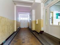 Průjezd se vstupním portálem do bytové části domu - Prodej bytu 2+kk v osobním vlastnictví 43 m², Praha 10 - Strašnice