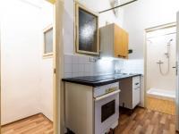 Celkový pohled na kuchyňku a komoru - Prodej bytu 2+kk v osobním vlastnictví 43 m², Praha 10 - Strašnice