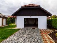 Pohled na dům od vjezdové brány - Prodej domu v osobním vlastnictví 205 m², Horoměřice