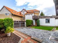 Část pozemku s vjezdem a vedlejším domkem - Prodej domu v osobním vlastnictví 205 m², Horoměřice