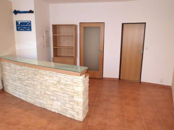Pronájem komerčního prostoru (obchodní) v osobním vlastnictví, 40 m2, Praha 6 - Suchdol
