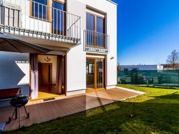Celkový pohled na terasu - Prodej bytu 2+kk v osobním vlastnictví 51 m², Mníšek pod Brdy