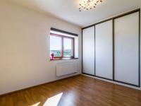 Ložnice s vestavnými šatními skříněmi - Prodej bytu 2+kk v osobním vlastnictví 51 m², Mníšek pod Brdy