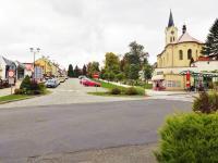 Náměstí v Mníšku pod Brdy v létě - Prodej bytu 2+kk v osobním vlastnictví 51 m², Mníšek pod Brdy