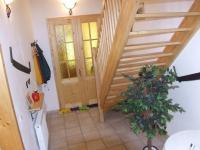 chodba se schodištěm do 2.NP - Prodej domu v osobním vlastnictví 260 m², Petrovice