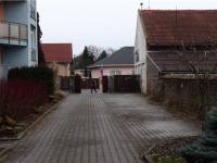 výjezd z areálu bytových domů (Prodej bytu 3+kk v osobním vlastnictví 68 m², Praha 9 - Horní Počernice)