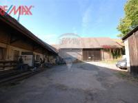 zadní část dvora (Prodej komerčního objektu 2668 m², Stěžery)