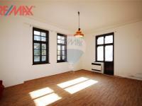 podkrovní byt 2+kk (Prodej komerčního objektu 2668 m², Stěžery)