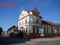 celkový pohled na hlavní budovu (Prodej komerčního objektu 2668 m², Stěžery)