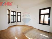 pokoj s kuchyňským koutem . byt 3+1 (Prodej komerčního objektu 2668 m², Stěžery)