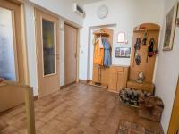 chodba - přízemí (Prodej domu v osobním vlastnictví 330 m², Hradec Králové)