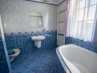 Koupelna 1. NP - Prodej domu v osobním vlastnictví 190 m², Býšť