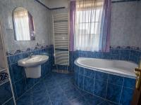 koupelna 1.NP - Prodej domu v osobním vlastnictví 190 m², Býšť