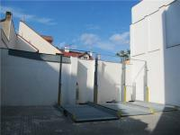 Parkovací zakladače na uzavřeném dvoře domu (Prodej bytu 3+kk v osobním vlastnictví 68 m², Praha 8 - Libeň)