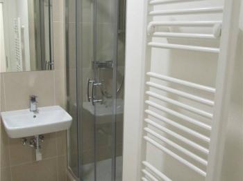 Koupelna se sprchovým koutem a toaletou - Prodej bytu 1+kk v osobním vlastnictví 52 m², Praha 10 - Michle