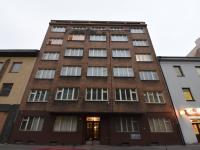 Pohled na dům z ulice - Prodej bytu 2+kk v osobním vlastnictví 57 m², Praha 8 - Karlín