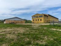 Pohled na obě stavby (Prodej zemědělského objektu 1900 m², Chříč)