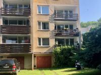 pohled na dům a garáž  - Prodej bytu 3+1 v osobním vlastnictví 72 m², Praha 4 - Hodkovičky