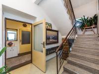 přízemí - schodiště (Prodej domu v osobním vlastnictví 221 m², Praha 4 - Šeberov)