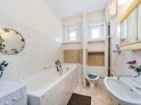 přízemí - koupelna (Prodej domu v osobním vlastnictví 221 m², Praha 4 - Šeberov)