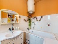 2NP - koupelna (Prodej domu v osobním vlastnictví 221 m², Praha 4 - Šeberov)