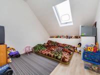 2NP - pokoj 9,5m2 (Prodej domu v osobním vlastnictví 221 m², Praha 4 - Šeberov)