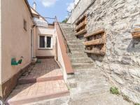 vstup do domu a na horní část zahrady  (Pronájem domu v osobním vlastnictví 75 m², Praha 5 - Velká Chuchle)