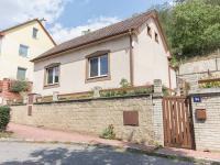 pohled na dům z ulice  (Pronájem domu v osobním vlastnictví 75 m², Praha 5 - Velká Chuchle)