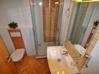 koupelna s WC - Prodej bytu 2+kk v osobním vlastnictví 61 m², Praha 5 - Zbraslav