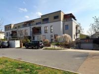 pohled na dům s vjezdem do garáže  - Prodej bytu 2+kk v osobním vlastnictví 61 m², Praha 5 - Zbraslav
