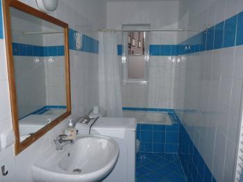Koupelna s WC - Prodej bytu 2+kk v osobním vlastnictví 41 m², Praha 2 - Nové Město