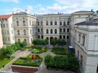 Výhled z pokojů do zahrady akademie věd. - Prodej bytu 2+1 v osobním vlastnictví 75 m², Praha 1 - Staré Město