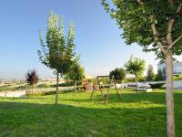 Zahrada s dětským hřištěm - Prodej bytu 3+kk v osobním vlastnictví 124 m², Praha 5 - Stodůlky