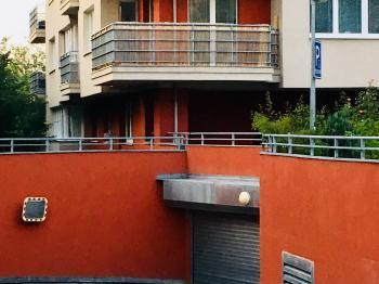 Vjezd do garáží - Prodej garážového stání 38 m², Praha 5 - Košíře