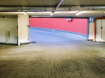 Výjezd z garáží - Prodej garážového stání 15 m², Praha 5 - Košíře