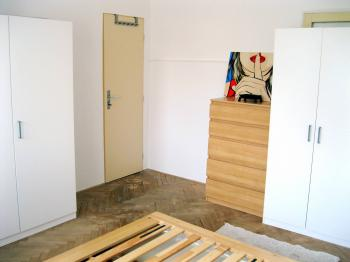 skříně v ložnici - Pronájem bytu 3+1 v družstevním vlastnictví 67 m², Praha 4 - Podolí